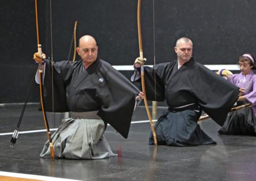 Practicantes de kyudo en kimono, durante un sharei (tiro formal) haciendo Hadanugi Dôsa, Asociación Española de Kyudo