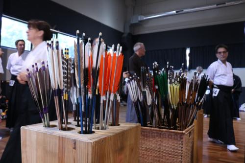 Seminario de kyudo, en un momento de descanso, flechas en yatate en primer plano. Asociación Española de Kyudo